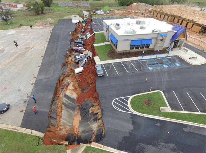 """美国现183米长""""天坑"""" 10多辆汽车被吞噬"""