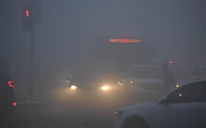 乌鲁木齐城区遭遇大雾 局部能见度十米