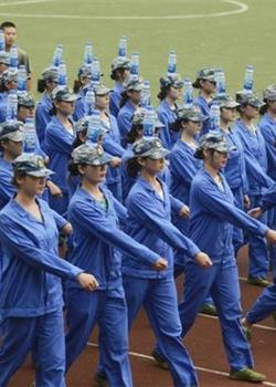 湖南女大学生军训 头顶水瓶走正步