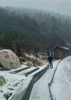湖北神农架迎大雪 现云海冰雪秋叶组合美景