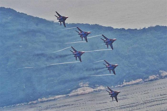 俄雨燕飞行表演队编队飞越珠海航展上空