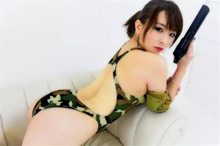 高颜值性感美女试射大口径狙击枪