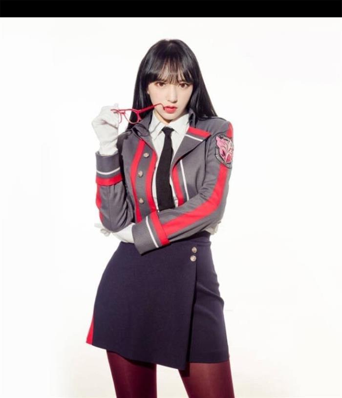 程潇晒cosplay写真 身穿制服耍酷十分帅气