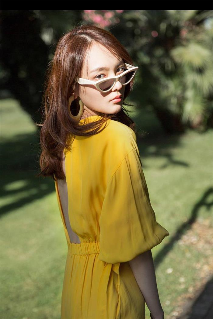 杨之楹夏日写真曝光 穿黄色长裙清新度假风