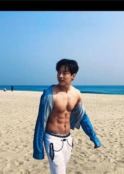 刘宪华海边衬衫全开 Henry的腹肌分明身型壮硕