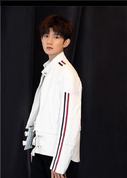 王源白衣造型亮相品牌活动活力满满 彰显先锋时尚态度