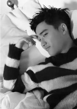 EXO主唱韩国帅哥D.O都暻秀床上黑白写真